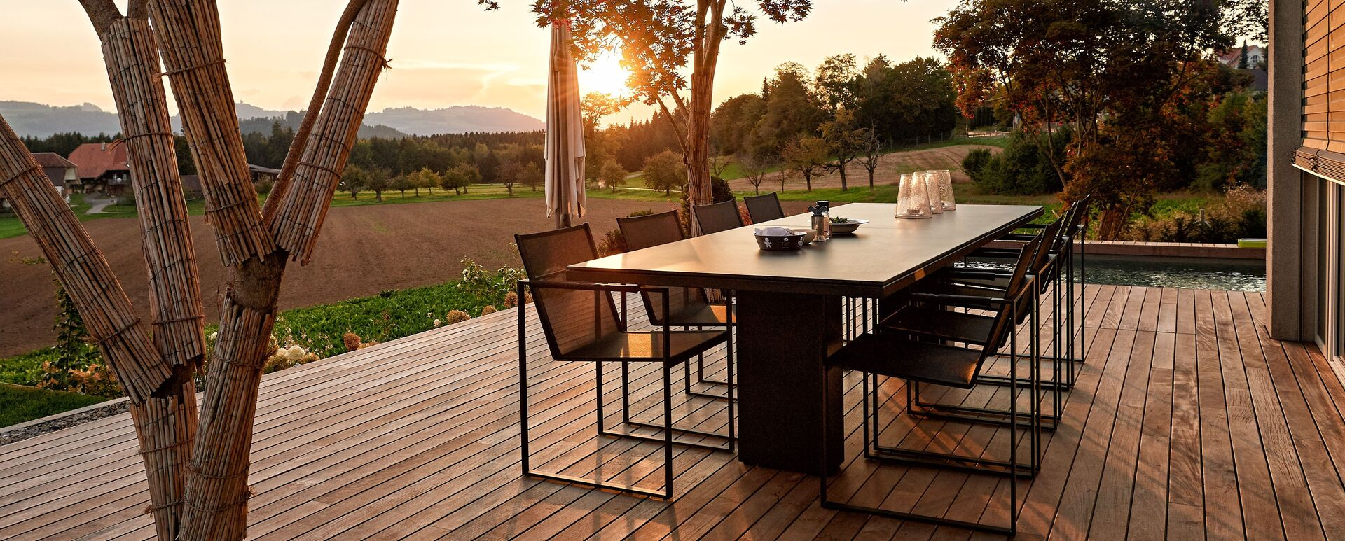 Doble 300 black and Butaque chair black - photo credit: GartenKultur AG
